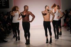 Dansare öppnar showen på salongen på Lincoln Center Arkivbild