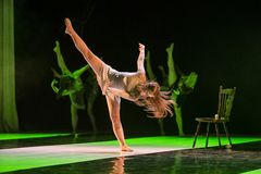 Dansare av Caro Dance Theatre utför på etapp royaltyfri bild