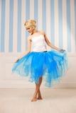 Dansare ballerina Den gulliga kvinnan ser som en docka i ett sött inter- Arkivbild