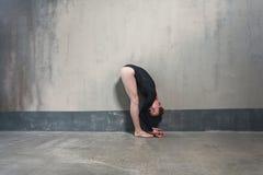 Dansare för profilsiktskvinnlighet i veck arkivfoton