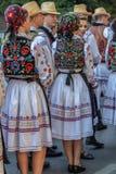 Dansare från Rumänien i traditionell dräkt royaltyfria bilder