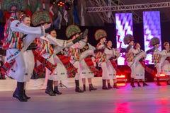 Dansare från Rumänien i traditionell dräkt royaltyfri bild