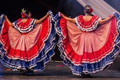 Dansare för ung kvinna från Costa Rica i traditionell dräkt Arkivbild