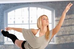 Dansare i ett härligt poserar Arkivfoto