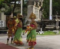 Dansare i traditionella Balinesian dräkter Royaltyfria Bilder