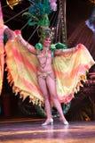 Dansare med härliga klänningar utförde i Tropicana, Maj 15, 2013 i havannacigarr, Cuba.formed Arkivbilder