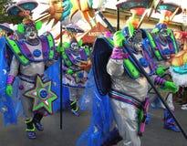 Dansare på karnevalet i dräkterna av främlingar från utrymme Februari 3, 2008 arkivfoton