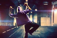 Dansare på stads- bakgrund Arkivbilder