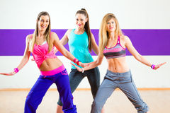 Dansare på Zumba konditionutbildning i dansstudio Royaltyfria Bilder