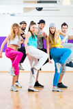 Dansare på Zumba konditionutbildning i dansstudio Arkivfoto
