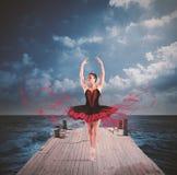 Dansare på en sväva skeppsdocka Fotografering för Bildbyråer
