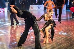 Dansare som dansar latinsk dans Arkivfoton