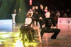 Dansare som dansar latinsk dans Arkivfoto