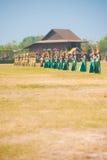 dansare som dansar thai traditionellt för rad royaltyfri fotografi
