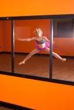 Dansare som framme övar av spegeln Arkivbild