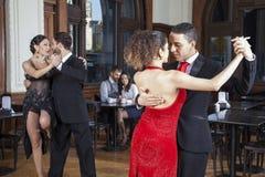 Dansare som gör tango medan pardatummärkning i restaurang Royaltyfri Fotografi