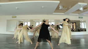 Dansare som utför och öva en samtida, modern form av dansen lager videofilmer
