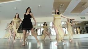 Dansare som utför och öva en samtida, modern form av dansen stock video