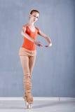 Dansare som värmer upp för repetition royaltyfri foto