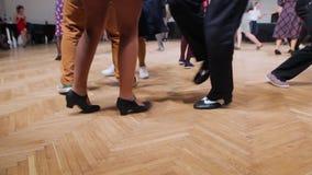 Dansare utför dans för lindy flygtur på gungafestivalen Dansa ben tätt upp arkivfilmer