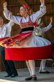 Dansareflicka från Portugal i traditionell dräkt royaltyfri fotografi