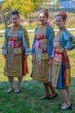 Dansareflickor från Bulgarien i traditionell dräkt royaltyfria bilder