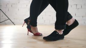 Dansarefot som bär modeskor - familjparet dansar kizomba i studio lager videofilmer