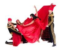 Dansarelag som bär i traditionella flamencoklänningar Arkivfoto