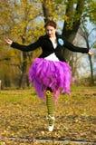 Dansaren dansar i hösten Arkivfoto