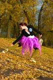 Dansaren dansar i hösten Arkivfoton