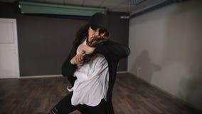 Dansaren sammanfogade den idérika bilden och att dansa en aggressiv dans i dansstudion Mycket emotionell dans av unga flickan lager videofilmer