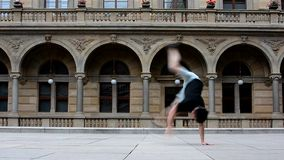 Dansbreakdance för ung man i Prague arkivfilmer