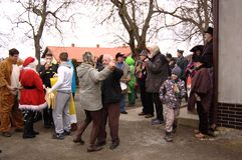 Dansdeltagare av Shrovetide i ÄŒisovice Arkivfoton