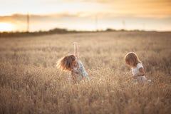 Danse émotive de deux filles de soeurs au coucher du soleil photo stock