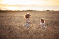 Danse émotive de deux filles de soeurs au coucher du soleil photo libre de droits