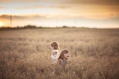 Danse émotive de deux filles de soeurs au coucher du soleil images libres de droits