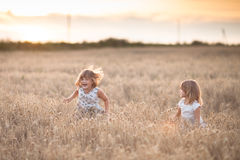 Danse émotive de deux filles de soeurs au coucher du soleil photos stock
