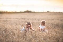 Danse émotive de deux filles de soeurs au coucher du soleil photos libres de droits