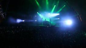 Danse énorme de foule à une exposition du DJ, avec de grands effets de foudre Barcelone banque de vidéos