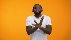 Danse afro-américaine drôle d'homme dans des écouteurs, représentation d'exposition de talent, plan rapproché banque de vidéos