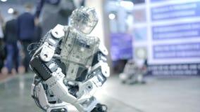 Danse androïde de nouveau robot sur l'exposition Montre les mouvements humains Nouvelles technologies dans le monde moderne banque de vidéos