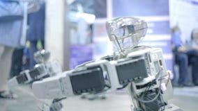 Danse andro?de de nouveau robot sur l'exposition Montre les mouvements humains Nouvelles technologies dans le monde moderne banque de vidéos