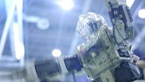 Danse andro?de de nouveau robot sur l'exposition Montre les mouvements humains Nouvelles technologies dans le monde moderne clips vidéos