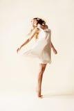 Danse attrayante de jeune femme photos libres de droits