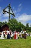 Danse autour de l'arbre de milieu de l'été Photographie stock libre de droits