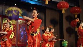 Danse avec les lanternes chinoises banque de vidéos