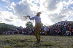 Danse avec une écharpe et un poteau dans Flores photo stock