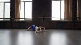 Danse blonde de fille dans le studio pr?s des fen?tres dans la jupe bleue - contemporain clips vidéos