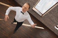 Danse calme de vieil homme dans le studio de danse Photo stock