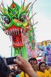 Danse chinoise de dragon photographiée avec le téléphone portable image libre de droits